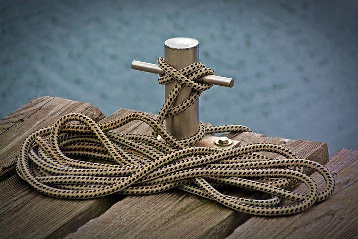 Ein Seil ist an einem Steg festgebunden.