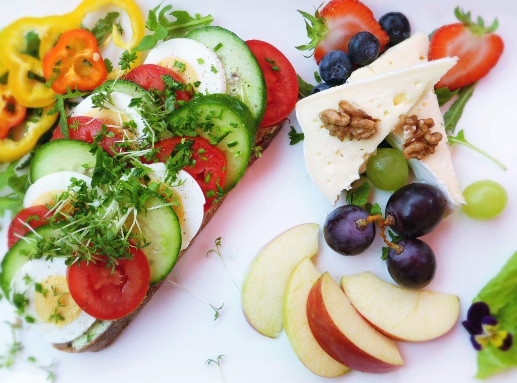 Gemüse mit Käse und Obst