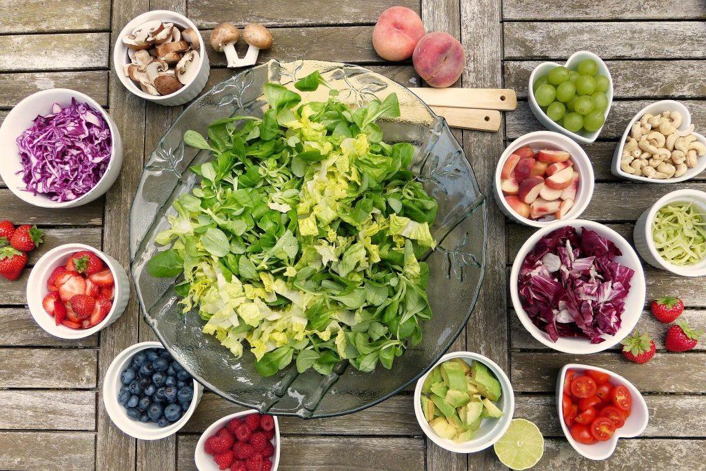Salatbuffet mit kleinen Schüsseln