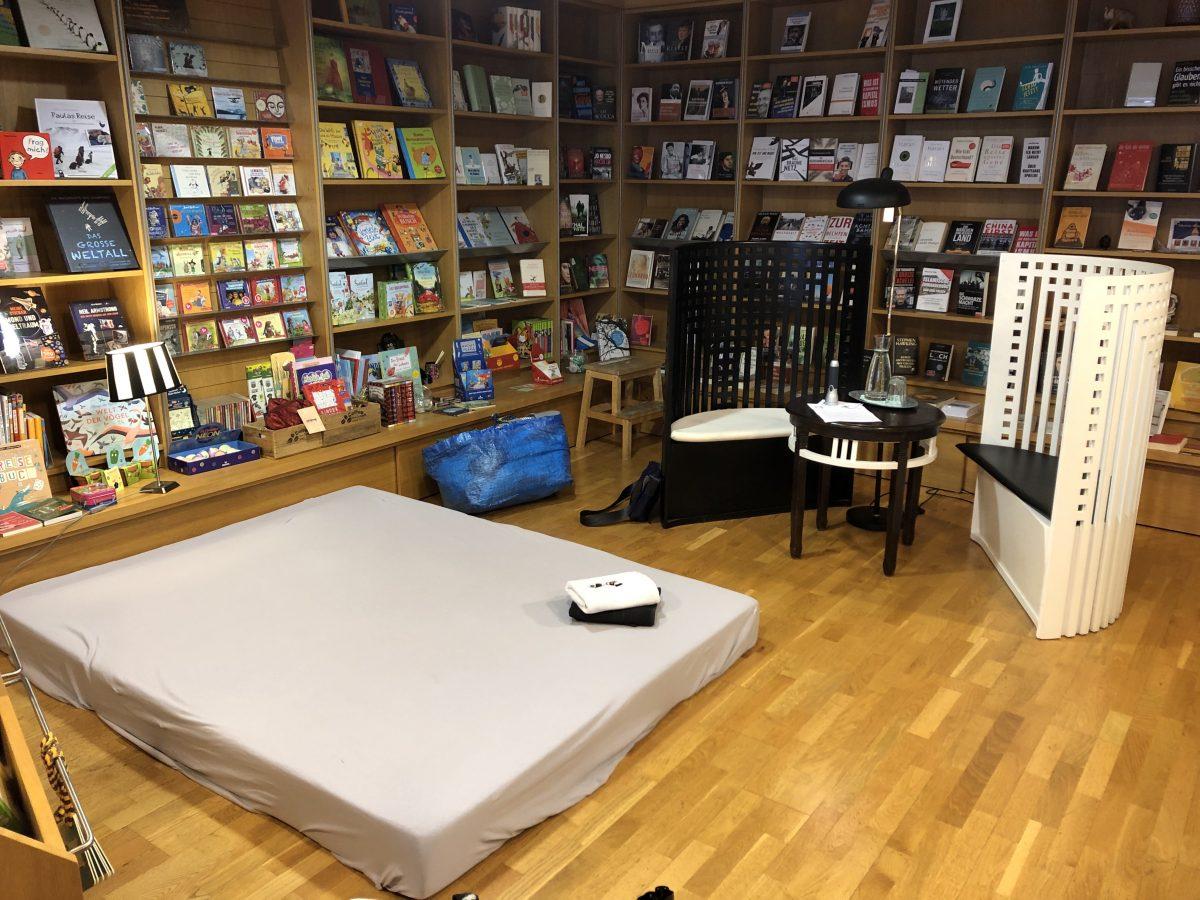 Eine Buchhandlung, in der eine Matratze liegt