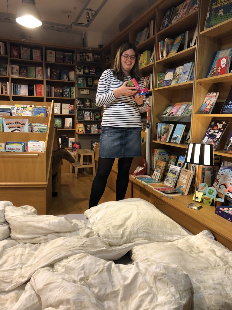 Ich stehe in einer Buchhandlung, vorne eine Bettdecke