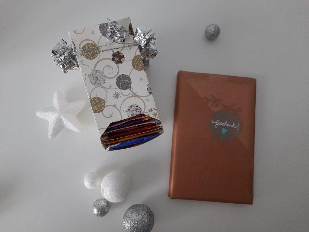 Adventskalender eingepackt, Weihnachtskugeln drum herum