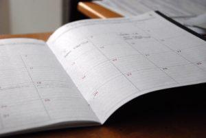 ein aufgeschlagener Kalender