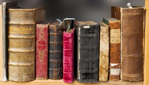 Alte Bücher stehen im Regal